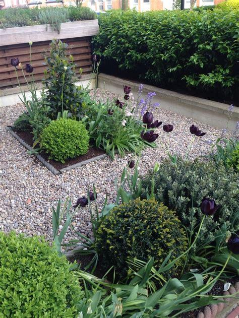 Small Backyard Troline by Shelley Hugh Jones Garden Design Moderne Tuinen Shelley