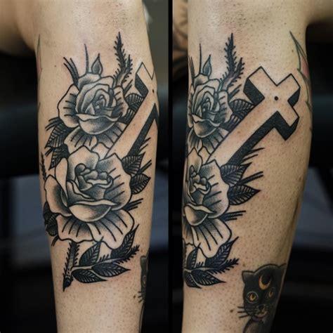 tattoo old school braccio tatuaggio braccio old school fiore croce di philip yarnell