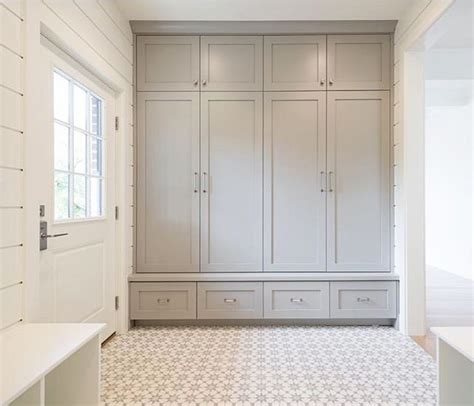 Mudroom Cabinets With Doors by Best 25 Mudroom Cabinets Ideas On Mudroom