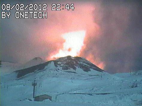 tremori interni etna in eruzione chiuso l aeroporto di catania