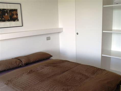 wandschrank schlafzimmer ferienwohnung borgo san italien piemont frau