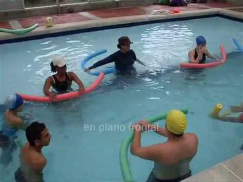 ejercicios de piernas en el agua hidroterapia ejercicios en piscina para miembro superior