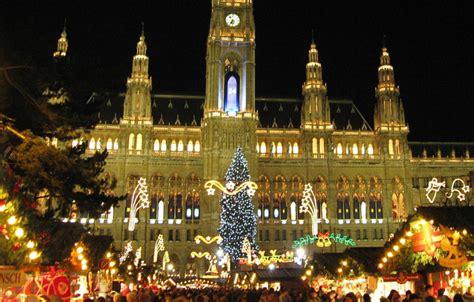 s 252 dtiroler weihnachtsbaum ziert wiener rathausplatz