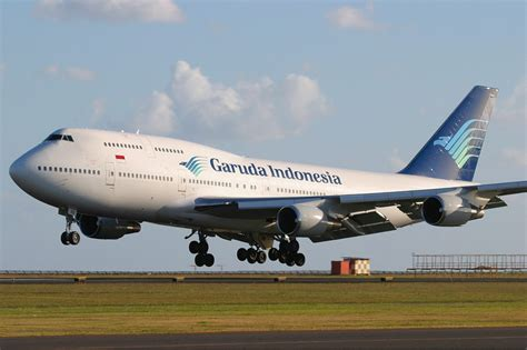 garuda indonesia file garuda indonesia boeing 747 400 pichugin 2 jpg wikimedia commons