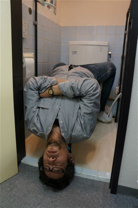 How To On Someone In The Bathroom by Learn How To Sleep In A Toilet Stall Like A Pro Soranews24