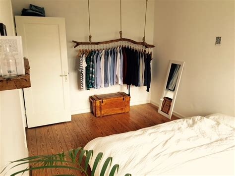 schlafzimmer holz schlafzimmer mit origineller kleiderstange aus holz