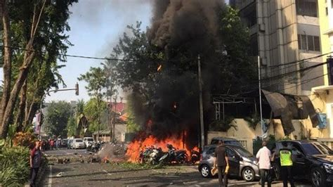 kronologi rentetan ledakan bom  tiga gereja surabaya