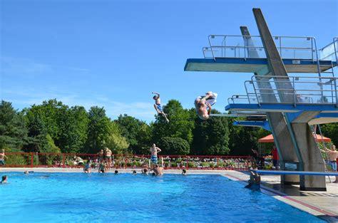 schwimmbad mit sprungbrett freizeitbad remagen