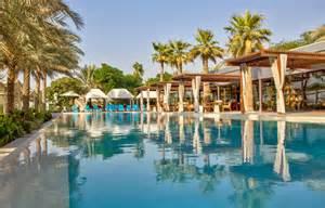 schwimmbad detmold desert palm dubai 171 luxury hotels travelplusstyle