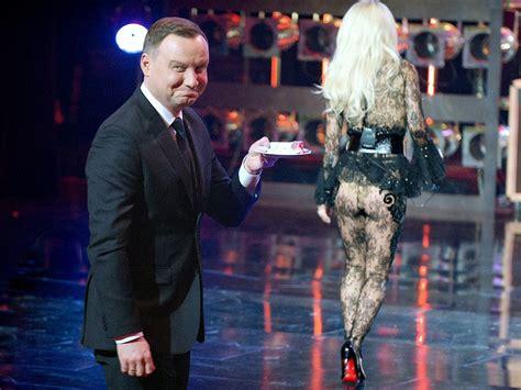 vasco non si può la foto con la cantante nuda imbarazza il presidente