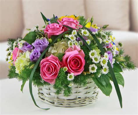 composizione fiori freschi composizione in cestino con fiori di stagione shop