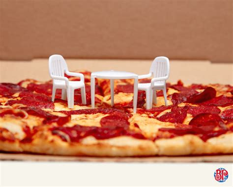 pizzeria    plastic pizza saver   middle   pizza   patio set