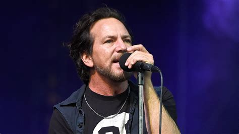 chicago the band fan club pearl jam s eddie vedder stopped wrigley field concert mid