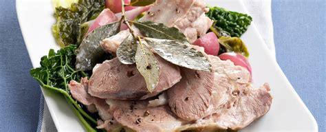 cucinare bollito misto bollito misto di maiale con le sale pepe