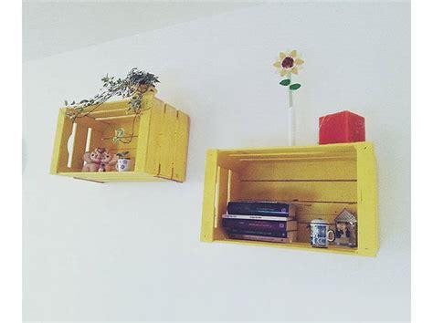 riciclo cassette di legno le cassette di legno diventano ripiani colorati donna
