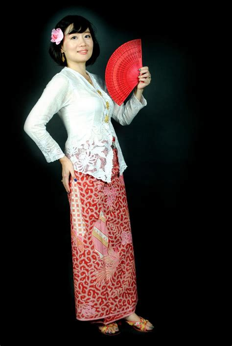 kebaya batik panjang 1 nyonya della on white kebaya and hipwrapper kain