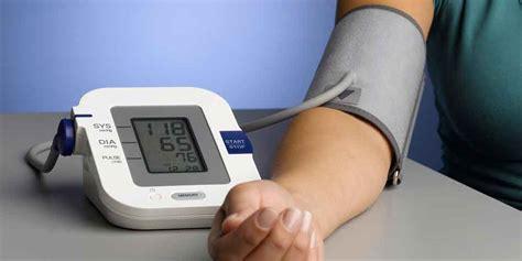 cek kesehatan keluarga dengan alat pengukur tekanan darah