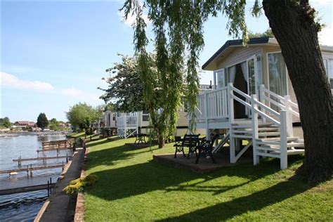 boat mooring evesham weir meadow caravan hire and touring park in the cotswolds