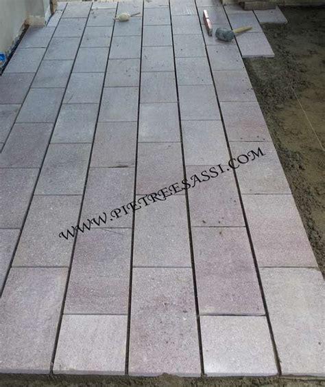 posa piastrelle rettangolari pavimento esterno pietreesassi