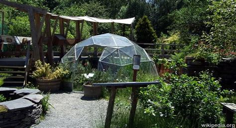 self sustaining garden self sufficient greenhouse gardening survivopedia