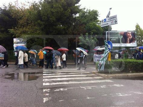 popolare crotone province manifestazione popolare sotto la pioggia a crotone