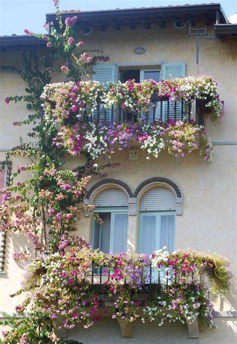 balcone con fiori decorare il balcone con i fiori 20 bellissimi esempi per