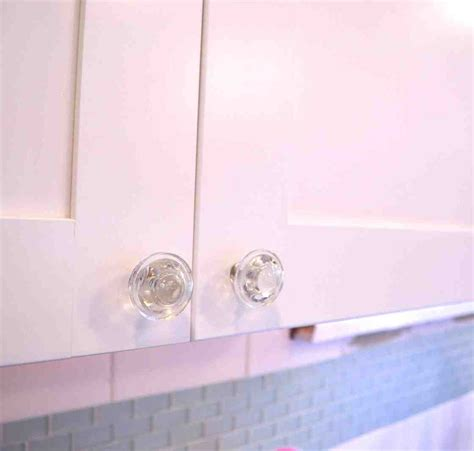 Knobs Kitchen Cabinets by White Kitchen Cabinets With Glass Knobs Quicua