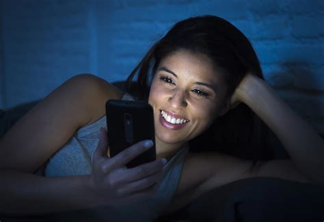 blue light phone warning cell phone addicts your phone is aging your skin