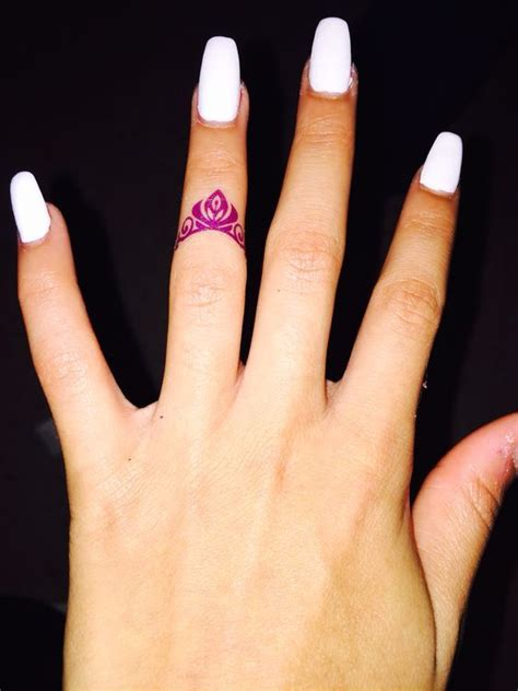 tattoo finger krone die besten 25 tattoo krone am finger ideen auf pinterest