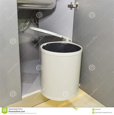 poubelle de porte de cuisine poubelle de d 233 chets accrochant sur la porte de placard de