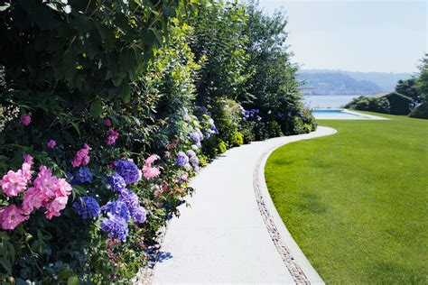 giardino al lago elegante giardino con piscina a sfioro e vista lago
