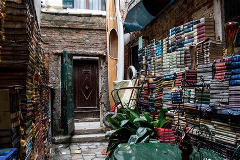librerie venezia quot acqua alta quot di venezia la libreria galleggiante