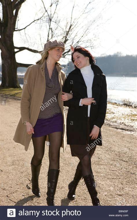Frauen Arm by Frauen Laufen Arm In Arm Im Park Und Lachen Stock Photo