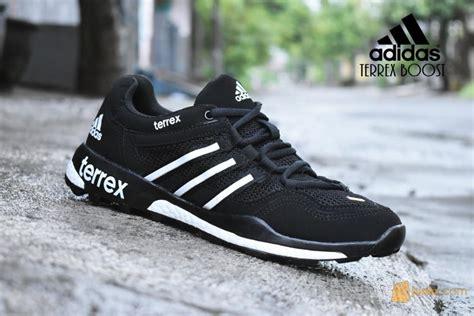 Daftar Sepatu Di Sport Station sepatu sport adidas terrex hitam boost kets
