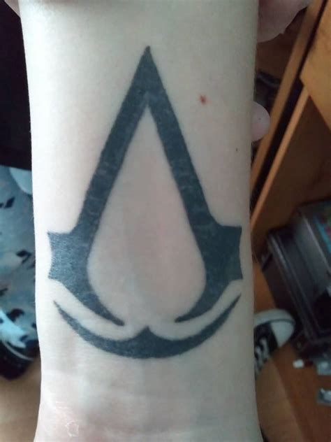assassins creed tattoos assassins creed on leg by paul priestley