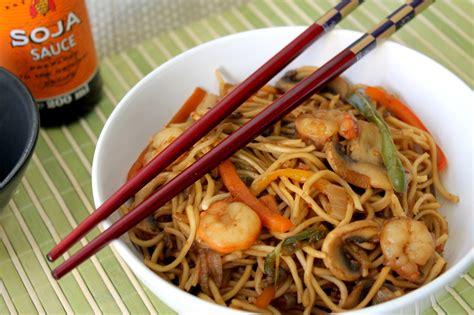 como cocinar fideos de arroz chinos wok de fideos chinos con gambas prawn chow mein noodles