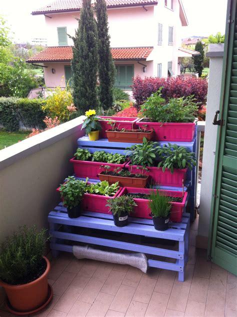 vasi orto balcone realizzare un orto sul balcone con pallet riciclati