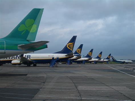 pictures of planes file e4411 ryanair planes in dublin jpg