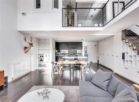 interieur wit hout badkamer met combinatie van zwart wit en hout interieur