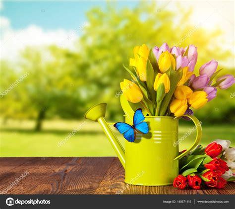 fotografie di fiori primavera bouquet di fiori primavera tulipano su assi di legno