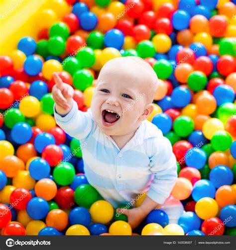 dibujos niños jugando en la piscina ni 241 o jugando en la piscina de bolas en el interior del