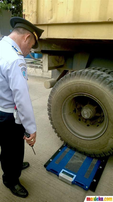 Timbangan Truk foto pantau batas muatan truk dishub gunakan timbangan