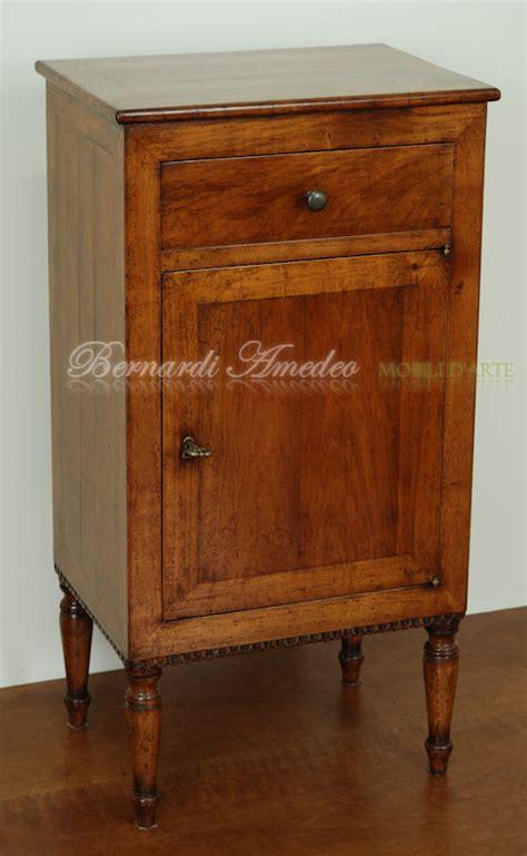 comodini vecchi comodini e tavolini in legno vecchio tavolini