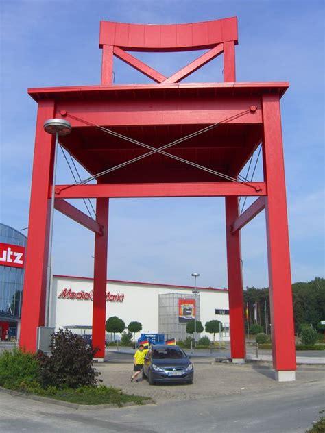 xxxl roter stuhl der gr 246 223 te stuhl der welt xxxl lutz in nordhorn bild