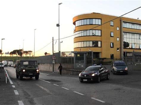 ufficio immigrazione roma via patini quella questura di periferia tra roghi di rifiuti e ci