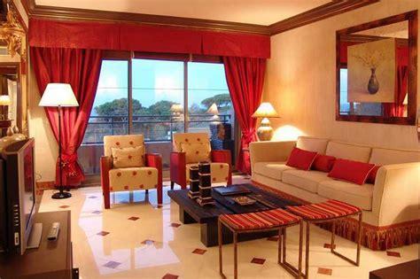 Wallpaper Batik Simpel Coklat Gold Krem Merah warna gorden merah kuning biru hijau ruang tamu minimalis