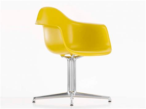 vitra eames armchair buy the vitra dal eames plastic armchair at nest co uk