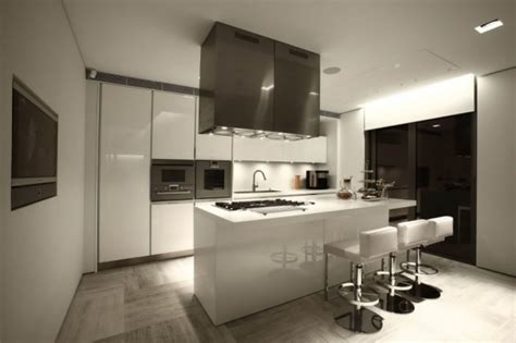 interior design fuer moderne kueche weiss mit kochinsel weiss