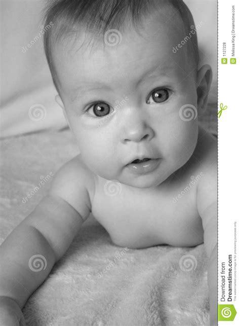 baby auf bauch schlafen lassen baby auf bauch lizenzfreie stockfotos bild 1127228