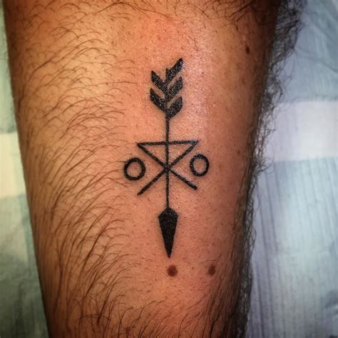 family symbol tattoo designs an arrow that symbolizes family unity